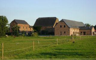 Le gîte se trouve dans l'aile droite de la ferme. De gîte bevindt zich in de rechter vleugel van de hoeve.jpg