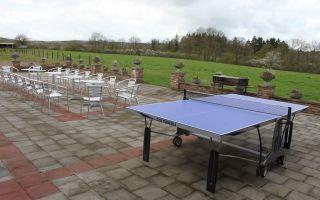 terras van gite met pingpong-tafel en weids verzicht